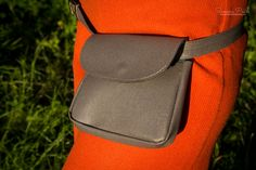 Husky Heather with Lid - The ideal fashion bumbag for festivals and traveling. Handmade from genuine leather. Festivals, Husky, Traveling, Grey, Leather, How To Wear, Handmade, Bags, Accessories