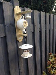 Theepot vogelhuisje Garden Crafts, Garden Projects, Outdoor Projects, Backyard Landscaping, Birdhouses, Teapot Birdhouse, Teacup Crafts, Shabby Chic Yard Ideas, Wine Bottle Bird Feeders