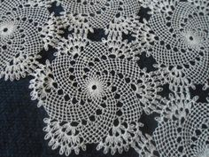 iğne oyası Needle Lace, Bobbin Lace, Needle And Thread, Crochet Potholders, Crochet Doilies, Snowflake Pattern, Point Lace, Embroidery Needles, Knitted Flowers