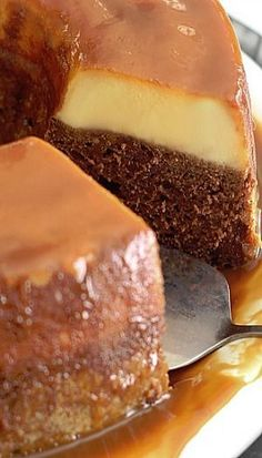 Are you too busy to waste time on desserts, but need something different for that one special once a year celebration? Try out this Magic Flan cake. Mexican Food Recipes, Sweet Recipes, Cake Recipes, Dessert Recipes, Italian Recipes, Bon Dessert, Dessert Blog, Bolo Flan, Food Cakes