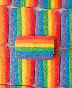 Le rainbow biscuit c'est un biscuit arc en ciel, de la pâte à biscuit toute simple et l'on ajoute des colorants. C'est bien plus joli à manger.