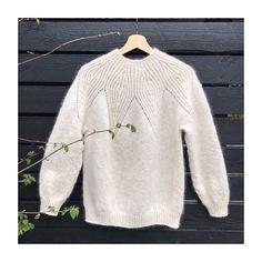Google translate kalder denne model for Bladåre. Fint navn til fin sweater. Version 2 strikket i #isagersilkmohair og #isagertvinni… Crochet Clothes, Diy Clothes, Cable Knit Hat, Knitted Shawls, Lana, Knitting Patterns, Knit Crochet, Fashion, Winter Time