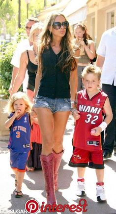 Victoria Beckham ran errands with Romeo and Brooklyn in August 2004 while on vacation in Saint-Tropez. Vic Beckham, Harper Beckham, Bend It Like Beckham, Victoria And David, David And Victoria Beckham, Victoria Beckham Style, Outfits For Teens, Cool Outfits, Summer Outfits
