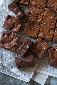 One-Bowl Brownies made awesome with @hersheycompany Unsweetened Cocoa Powder and Mini Kisses as the star #ad#bakehappychallenge #whyIbake
