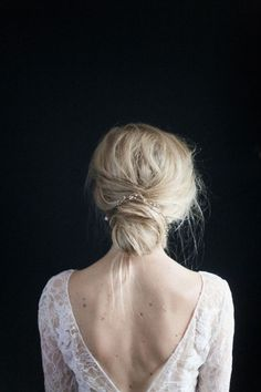 Szukasz idealnej fryzury na swój ślub? Niski kok, zwany hiszpańskim, to wprost idealna fryzura ślubna. To klasyczne i bardzo eleganckie upięcie na dzień ślubu. Tym fryzurom bardzo łatwo dodać romantycznego charakteru. Kwiat czy elegancki grzebień to kobiecy akcent, który doda pannie młodej pożądanego uroku!:
