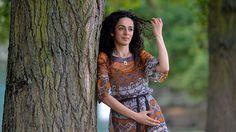 Masih Alinejad, la periodista iraní que creó la página de Facebook en la que cientos de mujeres iraníes han publicado sus fotos con el pelo al aire en espacios públicos, violando la exigencia de usar el velo islámico, ha sido amenazada de muerte.