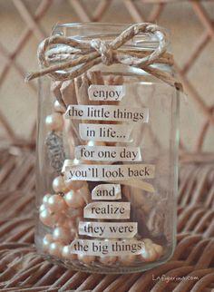Un barattolino di vetro e un cordoncino legato con un bel fiocco, proprio come se fosse un pacco regalo... piccole parole di carta unite tra loro da un grande significato, parole preziose da non dimenticare mai, nemmeno per un momento! www.LaFigurina.com