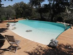 Piscine structure coffrage Marinal forme libre. Terrasse en bois. Réalisation Montpellier. Backyard Pool Designs, Backyard Play, Swimming Pool Designs, Garden Swimming Pool, My Pool, Swimming Pools, Zero Entry Pool, Beach Entry Pool, Jacuzzi