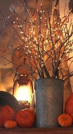 Cozy farmhouse fall decor- Branches mixed with lighted branches. Segur GAH should have bought those lighted branches :x Branches Allumées, Lighted Branches, Willow Branches, Branches Wedding, Thanksgiving Decorations, Seasonal Decor, Halloween Decorations, Pumpkin Decorations, Thanksgiving Mantle