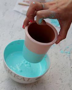 Cement Garden, Cement Pots, Concrete Crafts, Concrete Art, Succulent Planter Diy, Diy Planters, Flower Pot Crafts, Flower Pots, Plastic Bottle Art