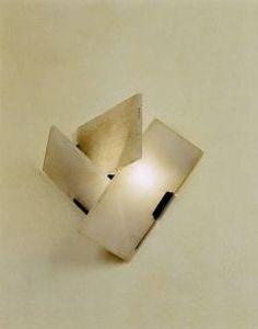 Pierre Chareau, Elégante paire d'appliques à trois plaques d'albâtre disposées en triangle sur une base en fer patiné noir