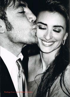 """Penelope Cruz está casada con Javier Bardem. Se conocieron mientras trabajaban de la película """"Jamon."""" También trabajaron juntos en las películas """"Vicky Cristina Barcelona"""" y """"The Counselor."""""""