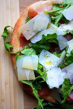 PIZZA DE JAMON Y QUESO CON RUCULA (prosciutto, arugula and parmesan pizza)