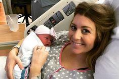 Na fotografii nižšie sú manželia Reid a Rachel Wicoxovci spolu s čerstvo-narodenou dcérkou. Vedľa nich stojí...