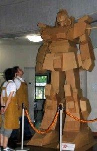 被災ガンダム 嘉麻に立つ 碓井、山田図書館 / 西日本新聞
