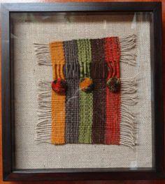 Textil a telar sobre arpillera, marco madera con cubierta de vidro. 41 cms x 37 cms Weaving Wall Hanging, Weaving Art, Tapestry Weaving, Loom Weaving, Hand Weaving, Framed Fabric, Fabric Art, Weaving Designs, Textiles