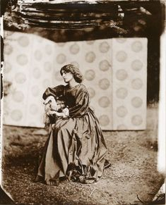 During the summer of 1865, the pre-raphaelite painter and poet Dante Gabriel Rossetti invited the photographer John Robert Parsons to his home in London, to take a memorable series of shots of his favourite model at the time: Jane Morris, wife of William Morris.