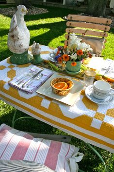 Quilts as Tablecloths — This yellow and white antique quilt looks fantastic outdoors. Kelly from The Polished Pebble really knows how to throw a picnic. She decided to have Easter breakfast in the garden and picked the perfect quilt to cover her table with. #quilts #tablecloths