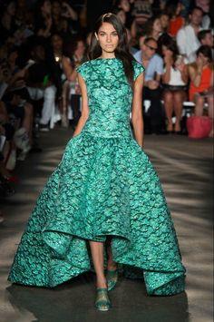 Зеленое кружевное платье а-силуэта короткое спереди длинное сзади
