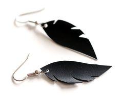 Plume noire ou aile en forme de boucles d'oreilles faits à la main de vélo pneu chambre à air et inox, edgy & élégant recyclé bijoux en caoutchouc noir
