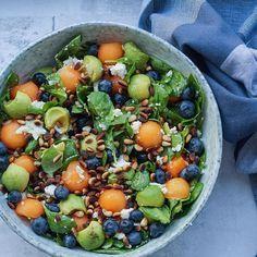 Summer salad with melon, blueberries and advocado. Raw Food Recipes, Wine Recipes, Healthy Dinner Recipes, Vegetarian Recipes, Waldorf Salat, Fancy Salads, Food Inspiration, Frisk, Feta