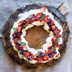 pavlova i ring med vaniljekrem og bær
