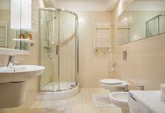 Radowid 31. Jest to stylowo i gustownie urządzony apartament w którym może wypoczywać do 4 osób. W jego skład wchodzą: salon z telewizorem i rozkładaną 2 osobową sofą, w pełni wyposażony aneks kuchenny z częścią jadalną, sypialnia z dużym łożem małżeńskim, łazienka z prysznicem i bidetem. http://www.tatrytop.pl/apartament-radowid-31-basen-centrum-zakopane