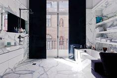 stylizowana, elegancka, marmurowa łazienka w kamienicy