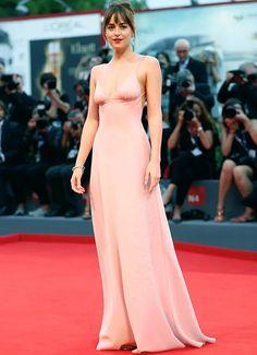 Vestido rosê da atriz Dakota Johnson no red carpet.