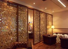 raumteiler holzstämme eichenhaus gleittüren schiebetüren.jpg (1024×743)