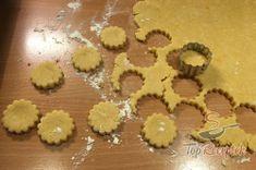 Fantasztikus sajtos pogácsa, akár chips vagy sós pálcika helyett. Tökéletes falatkák filmnézéshez!   TopReceptek.hu Gingerbread Cookies, Chips, Desserts, Food, Gingerbread Cupcakes, Tailgate Desserts, Deserts, Potato Chip, Essen