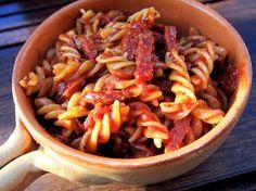Klassinen chorizo pasta on nautinto! Käytän chorizo-makkaraa monessa ruokalajissa makua antamassa, mutta tässä pastassa se on pääosassa. Pastan tulisuutta voi säädellä sen mukaan kuinka vahvaa chorizo...