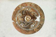 Un des grands disques découverts dans la tombe à char d'un enfant de Semide (Ardennes), datée de la Tène ancienne. Ce disque est un élément de harnachement de cheval de monte.