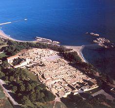 Empuries. En la bahia de la izquierda se aprecia el antiguo muelle del puerto.
