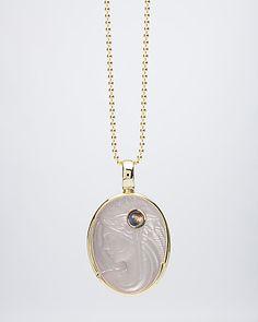 """Michael Peuster Sonderschliff """"Engel des erwachenden Morgens"""". Der weltbekannte Edelsteingraveur hat einen silberweißen afrikanischen Mondstein in ein Kunstwerk verwandelt. In dem großen ovalen Mondstein ist ein kleinerer runder Ceylon Mondstein mit ca. 4 mm Ø in einer Zarge gefasst. Der kleine Edelstein schimmert in attraktivem Blau.  Zusammen haben die beiden Mondsteine ca. 19,25 Karat Edelsteingewicht. #sognidoro #sogni #doro #schmuck #edelsteine #kunst #edition #gem #art"""