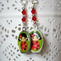 Boucles d'oreille poupées japonaises dans les tons de rouge et vert