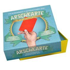 """Einer wird sie kriegen. Das Partyspiel """"Arschkarte"""" stellt interessante und verrückte Fragen, die im Grunde unmöglich zu beantworten sind. Muss man ja auch nicht! Hauptsache, man ist mit seiner Lösung dicht dran an der Wahrheit – wenn nicht, hat man schnell die Arschkarte …"""
