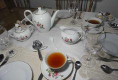 Otra mesa de té al clásico estilo inglés con vajilla de loza