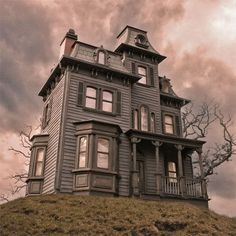 Beacon Hill Haunted Dollhouse - it looks like the Psycho house -LOL Beacon Hill Dollhouse, Haunted Dollhouse, Haunted Dolls, Diy Dollhouse, Halloween Miniatures, All The Small Things, Barbie Doll House, Dream Doll, Second Empire