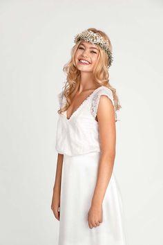 CELINE Kleid im Bohemian-Stil. Oberteil mit weichem V-Ausschnitt, Flügelärmchen mit halbtransparenter Spitze und überzogenen Knöpfen im Rückenbereich. Komplett mit Spitze versehen und gefüttert.