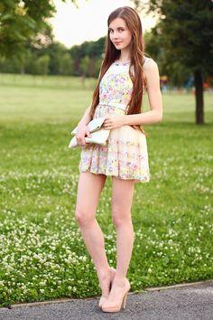 Alkaram Lawn and Dress Collection Tween Fashion, Girl Fashion, Gothic Fashion, Women With Beautiful Legs, Cute Dresses, Short Dresses, Idda Van Munster, Teen Girl Poses, Girls In Mini Skirts