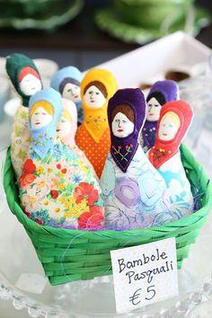 Bambole in stoffa realizzate interamente a mano da Jane Draney.