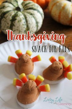 Thanksgiving Snack for Kids - What is better than a craft- a craft that involves food, and even better than that, a craft that includes candy that you can eat afterwards. Who's ready for Thanksgiving?  #Thanksgiving #turkey #kidssnacks #dessert #LivingLifeasMoms Thanksgiving Snacks, Thanksgiving Activities For Kids, Craft Activities For Kids, Preschool Learning, Thanksgiving Decorations, Learning Activities, Easy Holiday Desserts, Holiday Cookie Recipes, Holiday Cakes