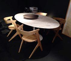 Table ovale haute – KNOLL Design by Saarinen -  Base époxy blanc vernis brillant – Plateau en marbre Arabescato Prix: 7 608,00 € TTC Chaise Slab - Tom Dixon Chêne naturel: 528€ TTC