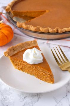The BEST Homemade Pumpkin Pie! Make Pumpkin Pie from Scratch! Homemade Pumpkin Pie, made with homemade pumpkin puree. This Pumpkin pie is the best one you will ever make and totally beats the store bought ones! Fresh Pumpkin Pie Recipe, Pumpkin Pie From Scratch, Pumpkin Puree Recipes, Perfect Pumpkin Pie, Low Carb Pumpkin Pie, Best Pumpkin Pie, Best Apple Pie, Homemade Pumpkin Puree, Mini Pumpkin Pies