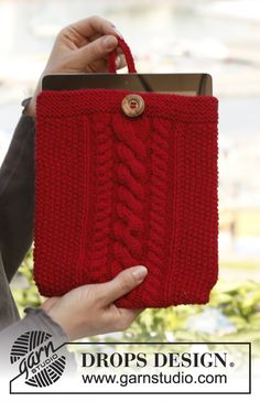 """Knitted DROPS tablet case with cables and seed st in """"Lima."""" ~ DROPS Design"""