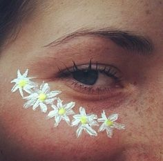 The flower motive is totally must have on Coachella Festival, face paint is amazing solution! Hippie Carnaval, Diy Carnaval, Hippie Face Paint, Hippie Painting, Bodysuit Tattoos, Maquillage Halloween, Halloween Makeup, Hippie Halloween Costumes, Diy Halloween