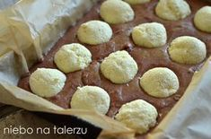 Ciasto poranna rosa, bardzo efektowne jasne i ciemne ciasto biszkoptowe z kremem i kulami z sera. Dobry, sprawdzony przepis. Polish Desserts, Polish Recipes, Frosting Recipes, Cake Recipes, Dessert Recipes, Easy Blueberry Muffins, Unique Desserts, Sweet Pastries, Popsicle Recipes