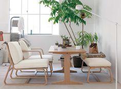 ダイニングテーブルとソファを置くと、どうしてもお部屋は狭くなってしまいます。  このソファ・チェアなら、お食事も可能。 コンパクトなのにリラックスできるよう設計してあります。