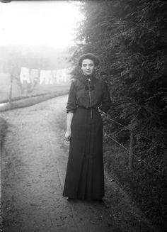 femme portrait dans l'allée, J.B Boudeau, vers 1913 - Bfm Limoges ; http://boudeau.bm-limoges.fr/